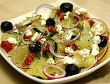 Insalata greca con cetrioli e patate