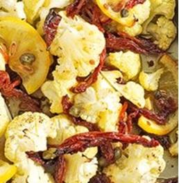 Cavolfiore al forno con pomodori secchi e capperi