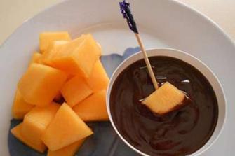 Melone al maraschino con salsa al cioccolato