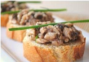 Crostini di pane con funghi champignon
