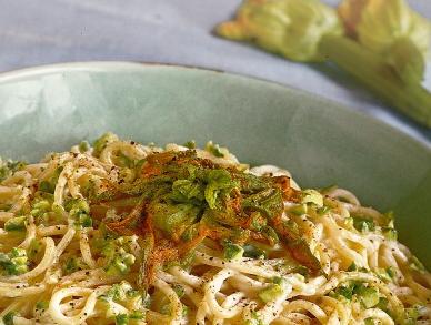 Spaghetti ai fiori di zucca e caprino
