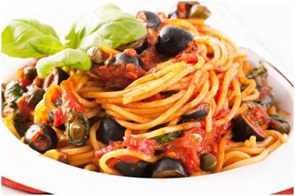 Spaghetti ai pomodori freschi, olive e capperi